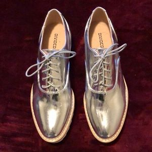 Divided silver platform shoes